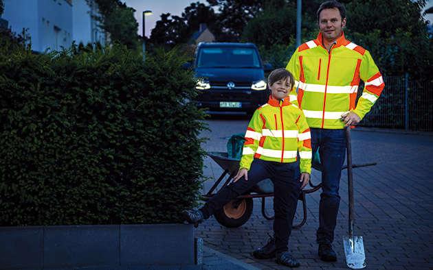 Sicherheit in der dunklen Jahreszeit mit Reflektoren und Beleuchtung