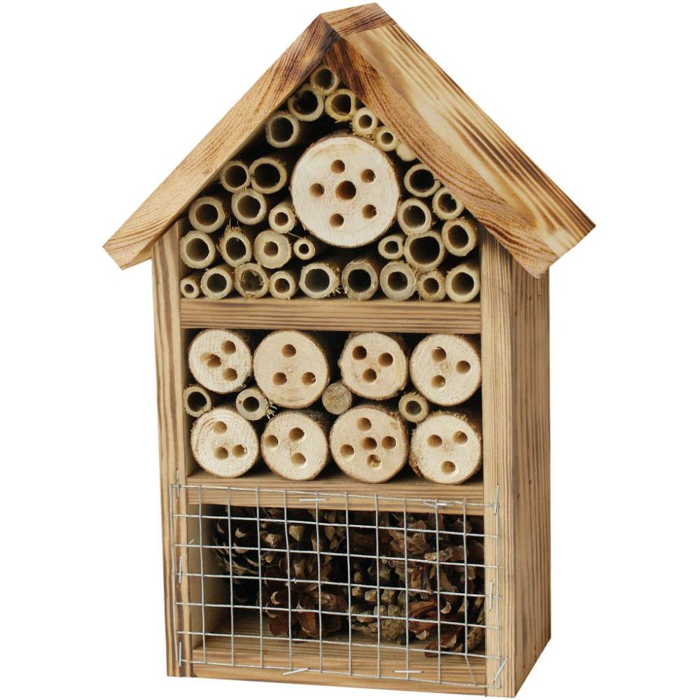 Insektenhotel mit geflämmtem Holz