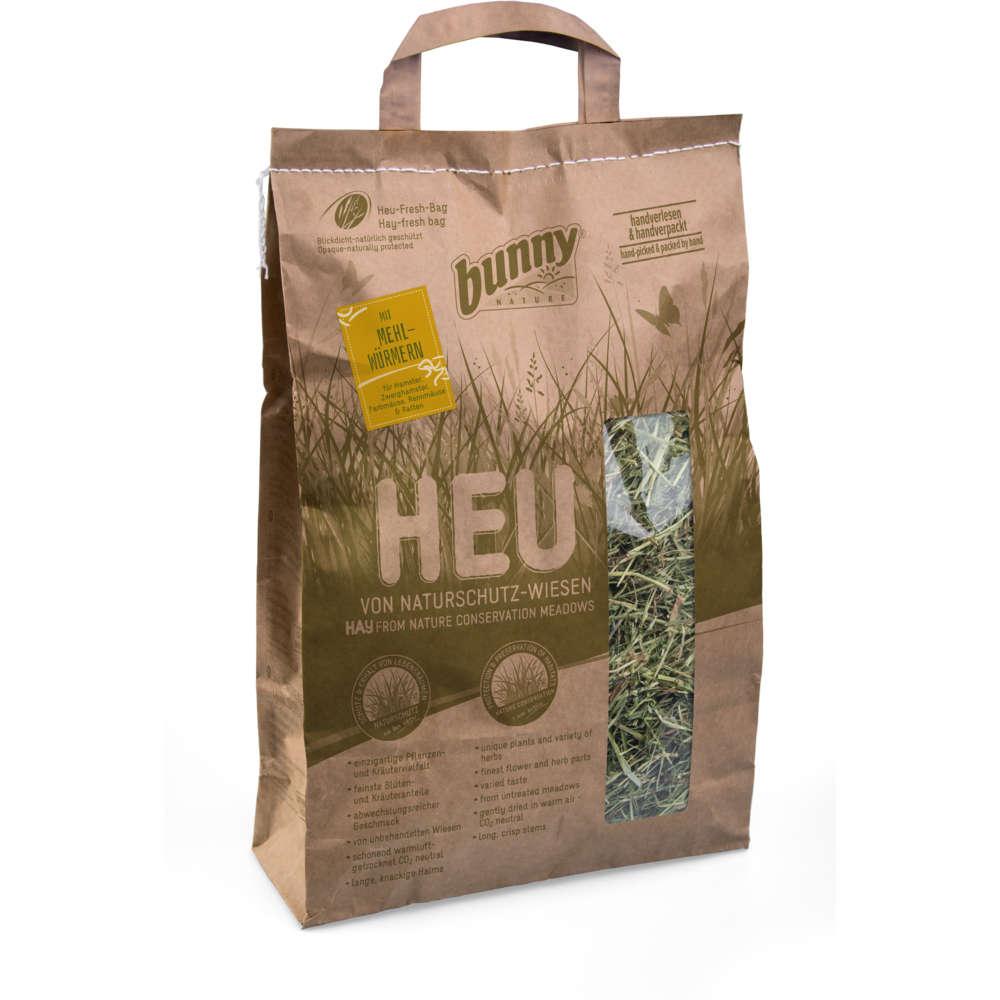 Heu von Naturschutz-wiesen mit Mehlwürmern